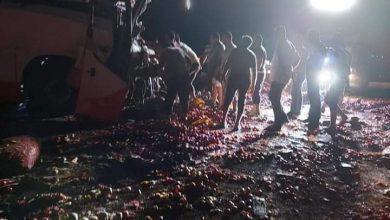 Photo of بالصور مصرع وإصابة 3 أشخاص في حادث تصادم أتوبيس بسيارة نقل بطريق الواحات البحرية
